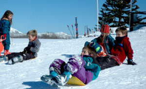 Kids enjoying in Batea Mahuida ski resort.